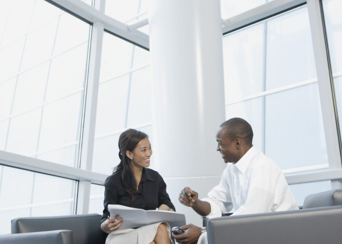 Man and Woman in Discussion in Office Lobby 684x488 - Esas preguntas desconcertantes