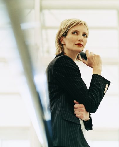 Woman in Suit in Contemplative Stance 405x501 - ¿Por qué me rechazan?