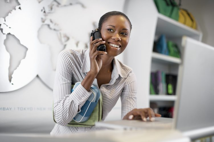 Smiling Woman on Phone with Map of World in Background 751x501 - 10 Errores que cometen los ejecutivos comerciales