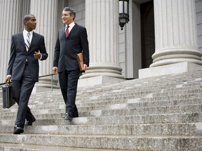 "Two Male Executives Walking Down Steps 668x501 - A cuidar las actitudes ""políticas"""